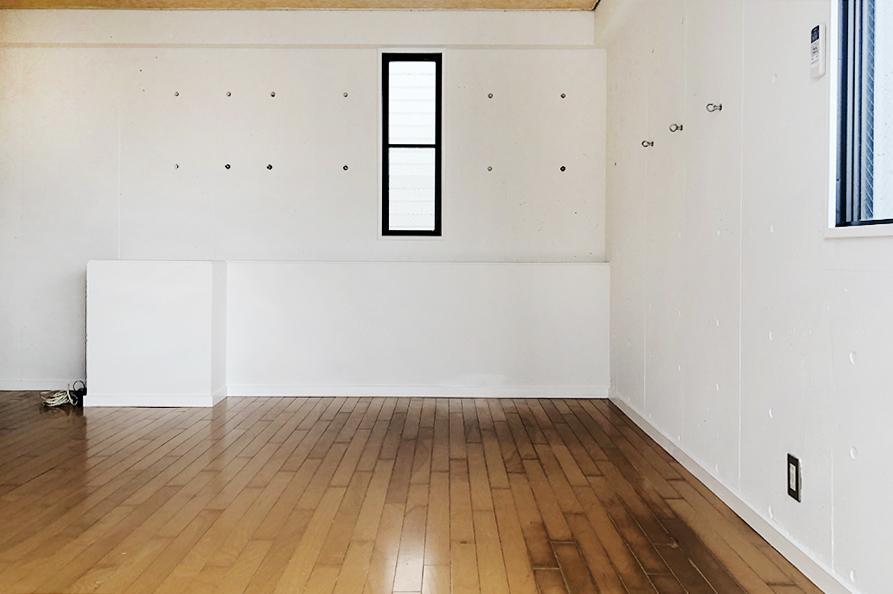 お部屋をバルコニー側から。小さめながら、嬉しい小窓。