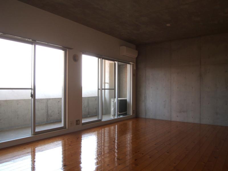 広い開口部。視界の先には新旧織りなす博多の光景。