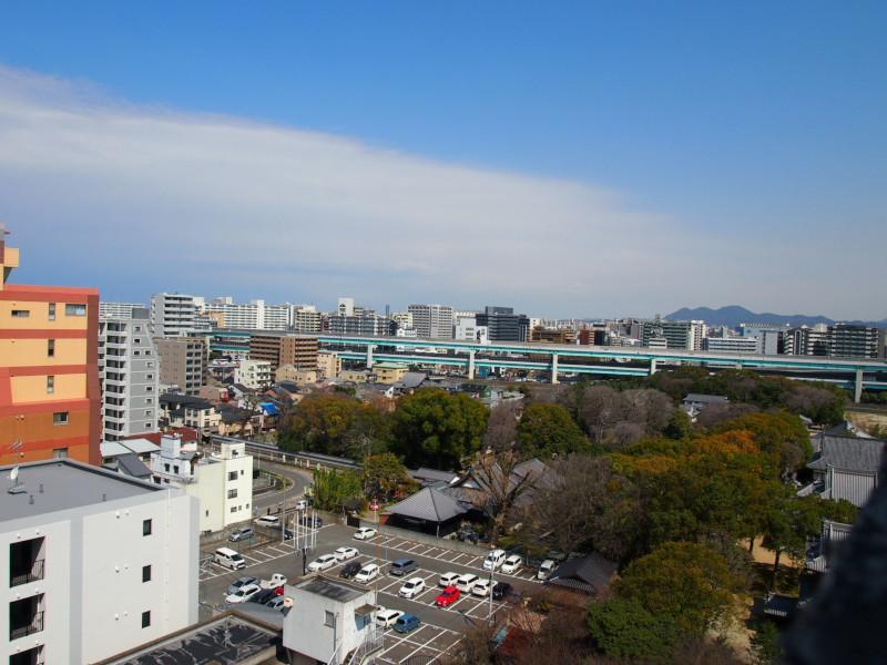 視界の先には聖福寺と都市高速。この対比が何ともいえない。