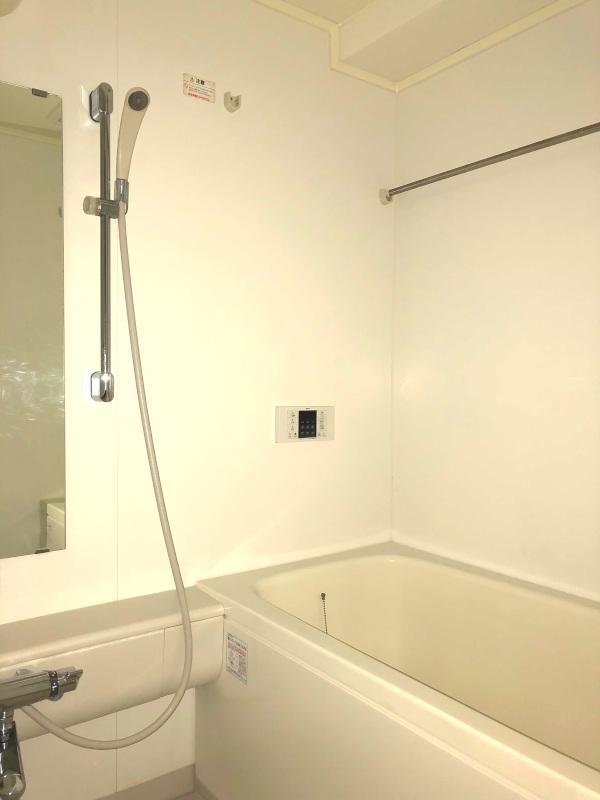 シンプルなバスルーム。
