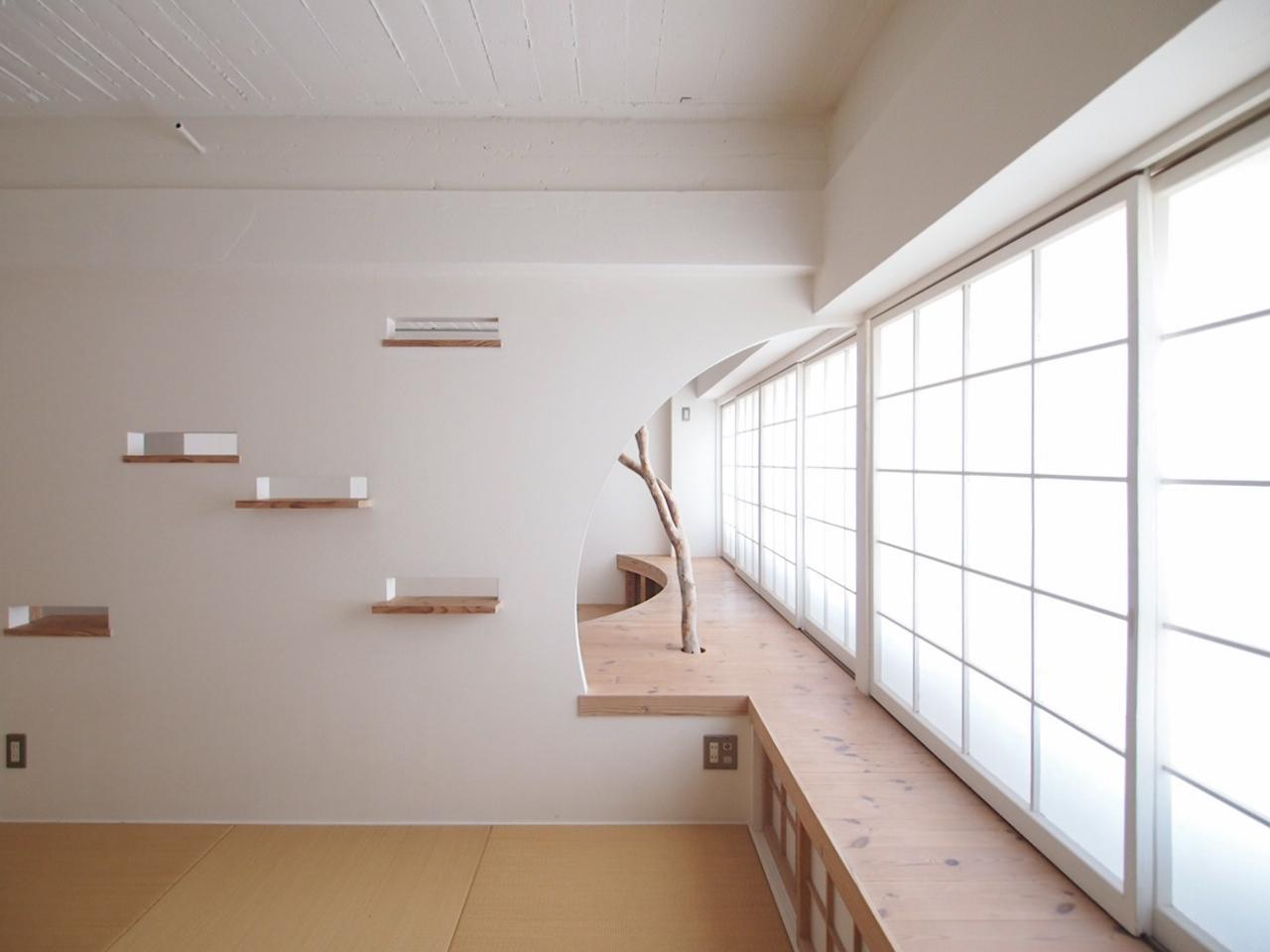 曲線を描きくり抜かれた壁は広がりを感じます