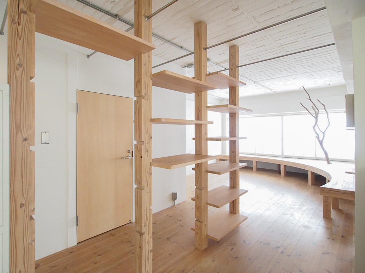 可動棚と天井にはパイプハンガー