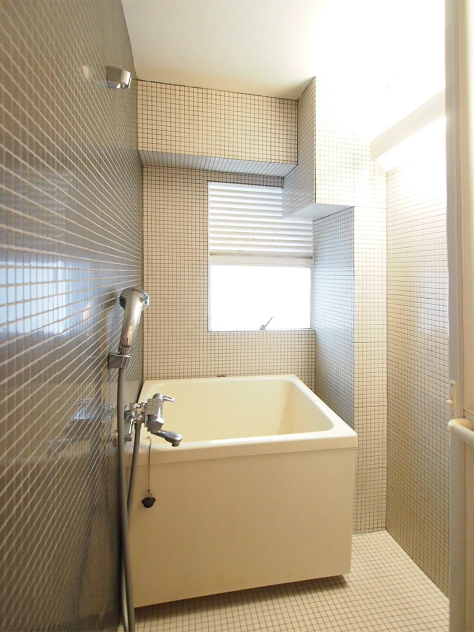 小窓のあるお風呂。清潔感あり。