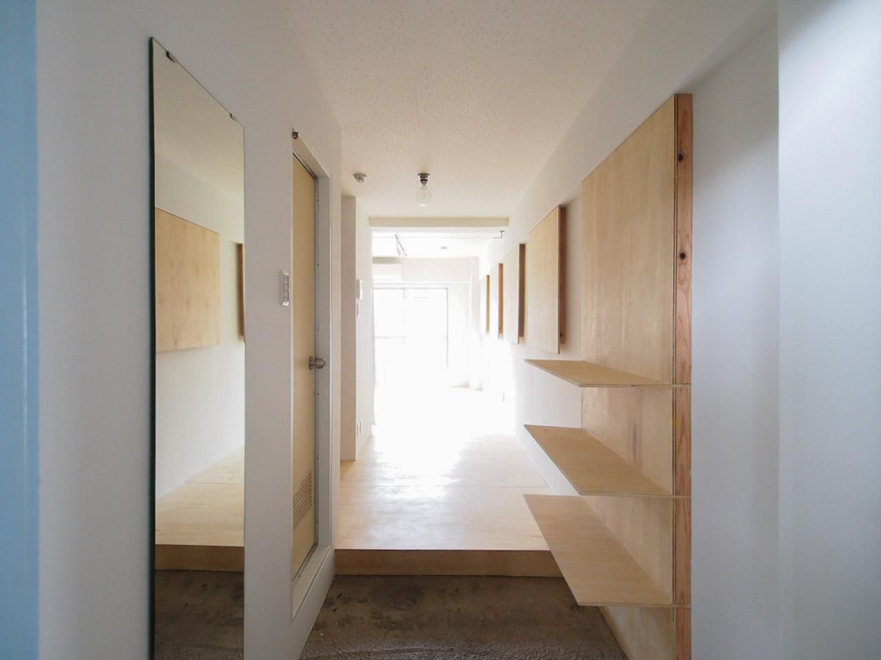 玄関入って姿見の鏡と造作の靴箱