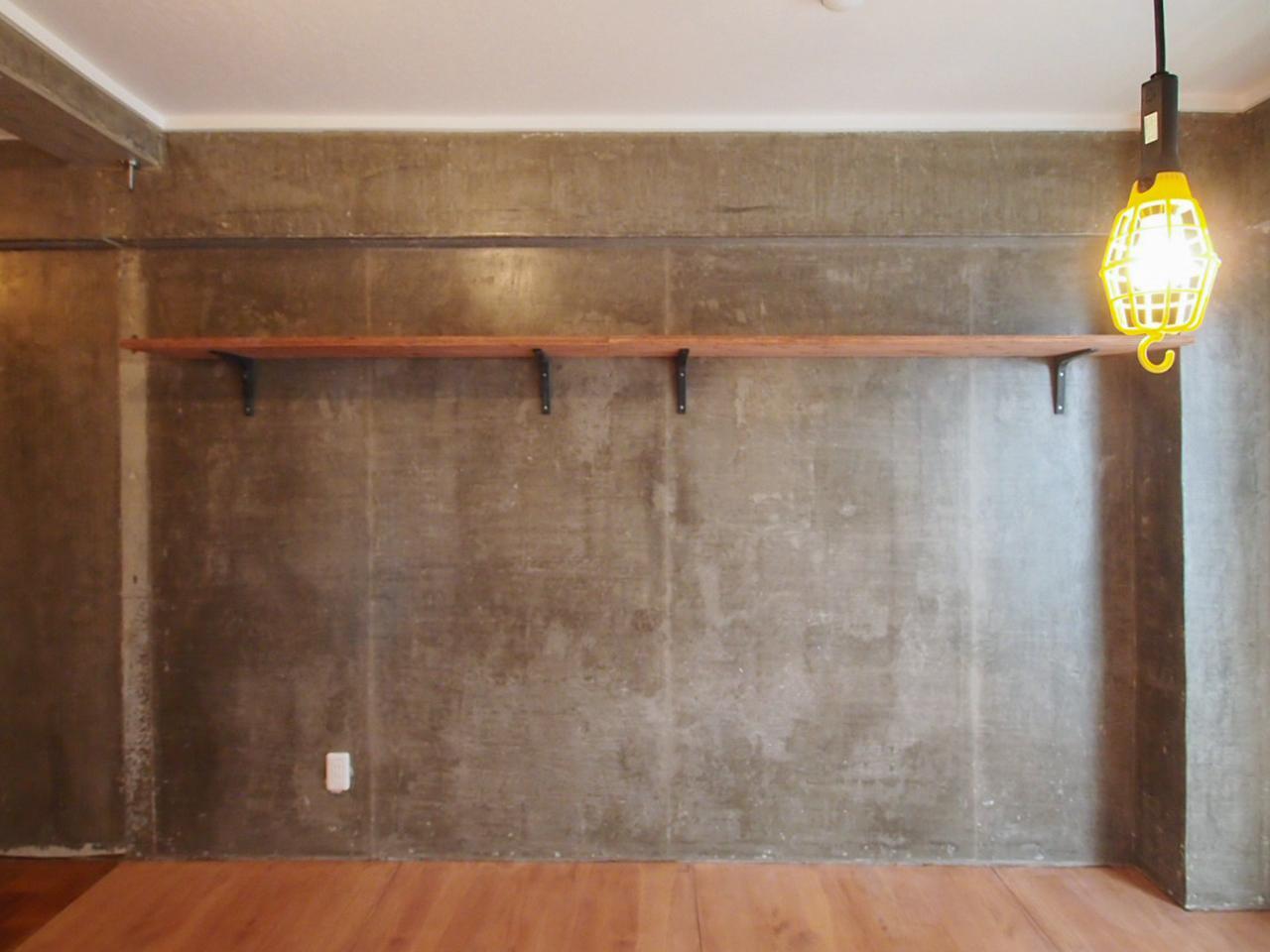 コンクリート素地を顕にした壁
