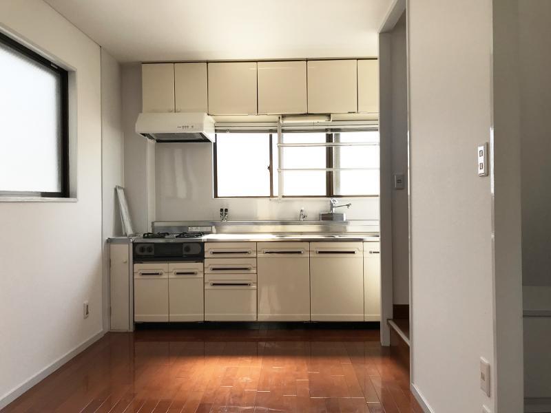室内はキッチンが隠れるくらいの幅なんです