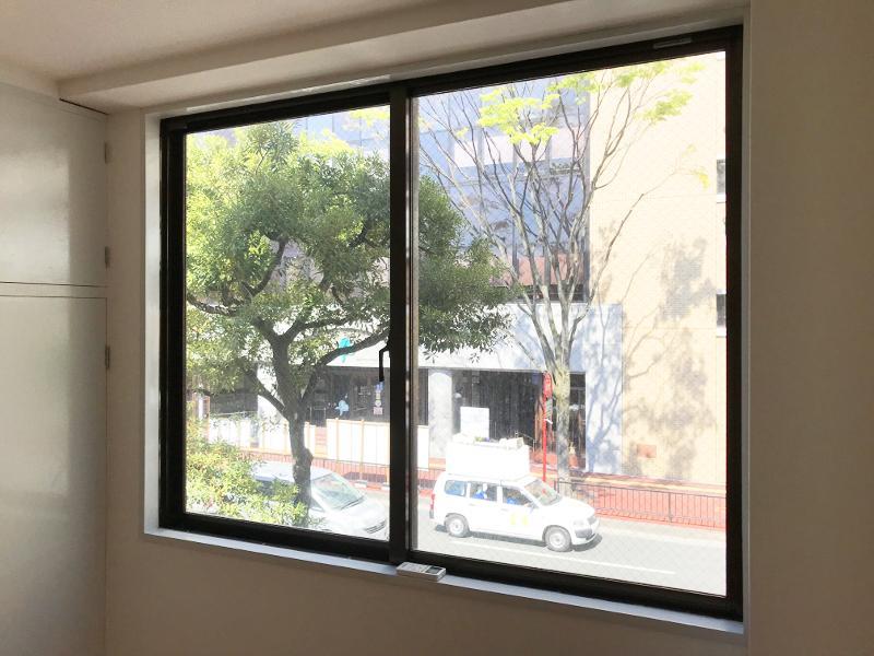 窓からも高宮の並木がちらり