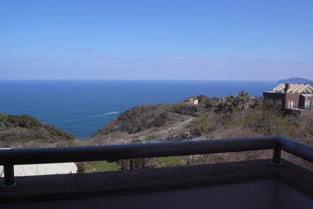 2階バルコニーからの海。ちなみに1階の床に座っていても海が見えます。