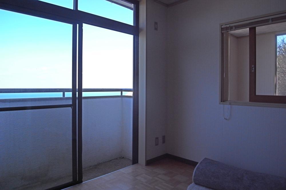 2階洋室。吹抜け部分からの採光もあって光も風も十分。