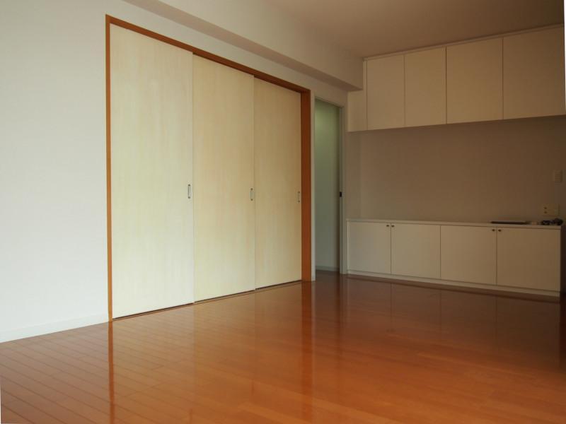 左手の引き戸が和室。備え付けの収納棚も何気に嬉しい。