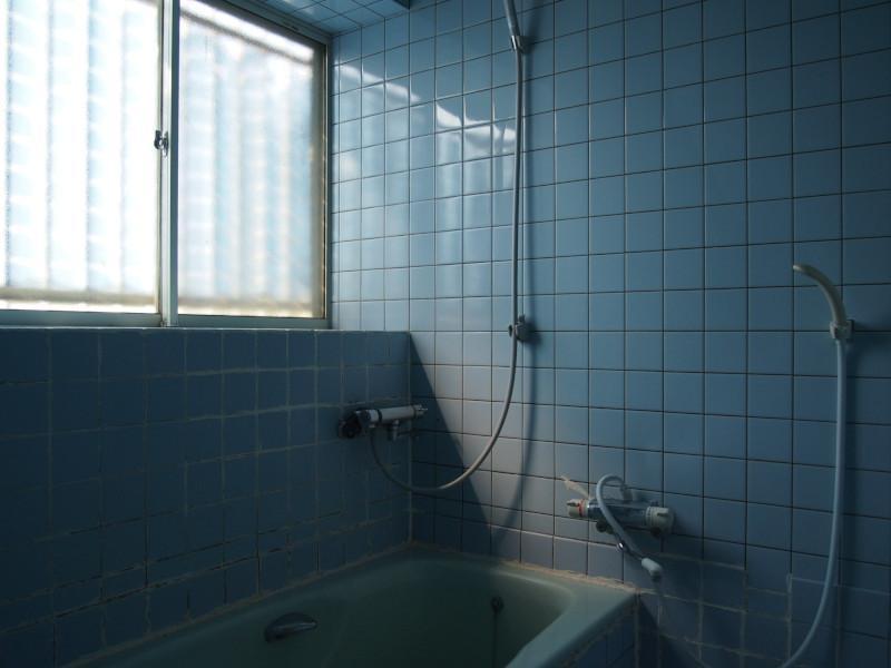 お風呂は在来のタイル張りなので、このままだと冬場は寒いかもです。