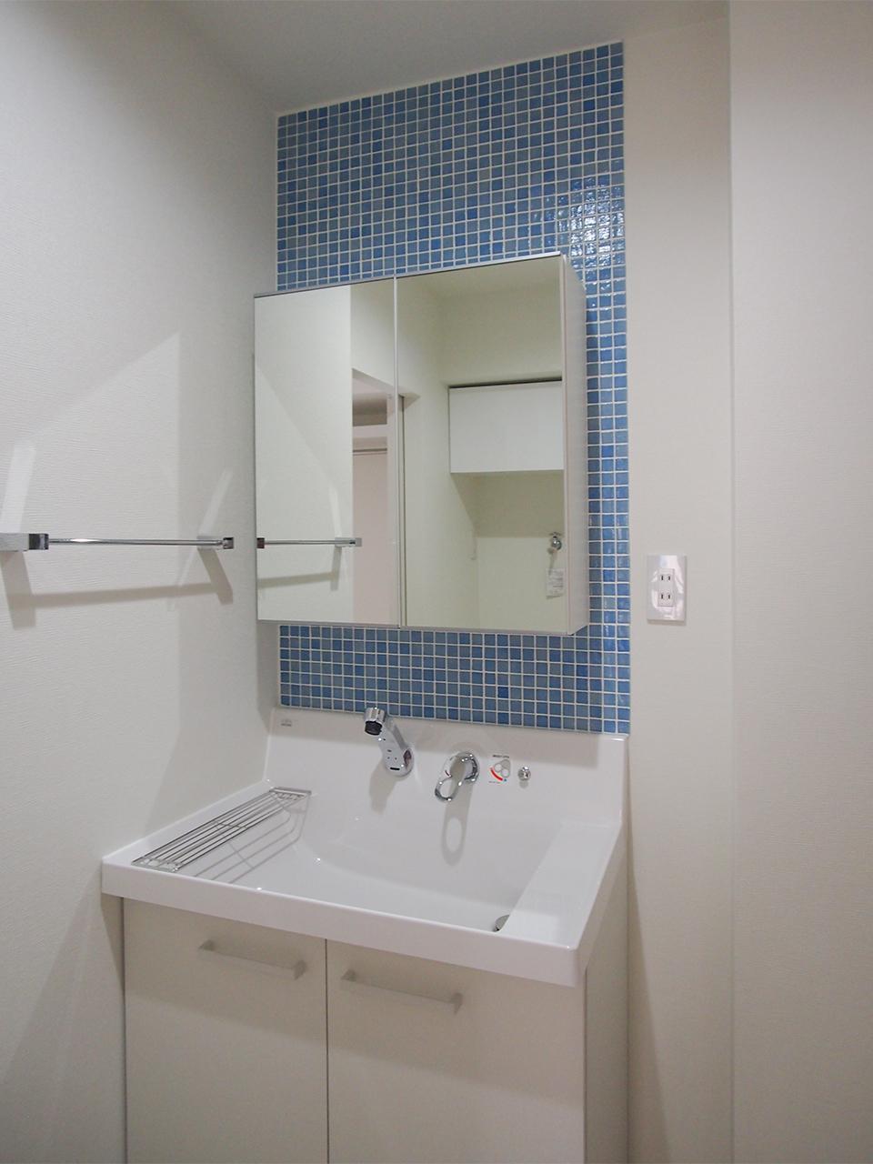 モザイクタイルの貼ってある洗面台