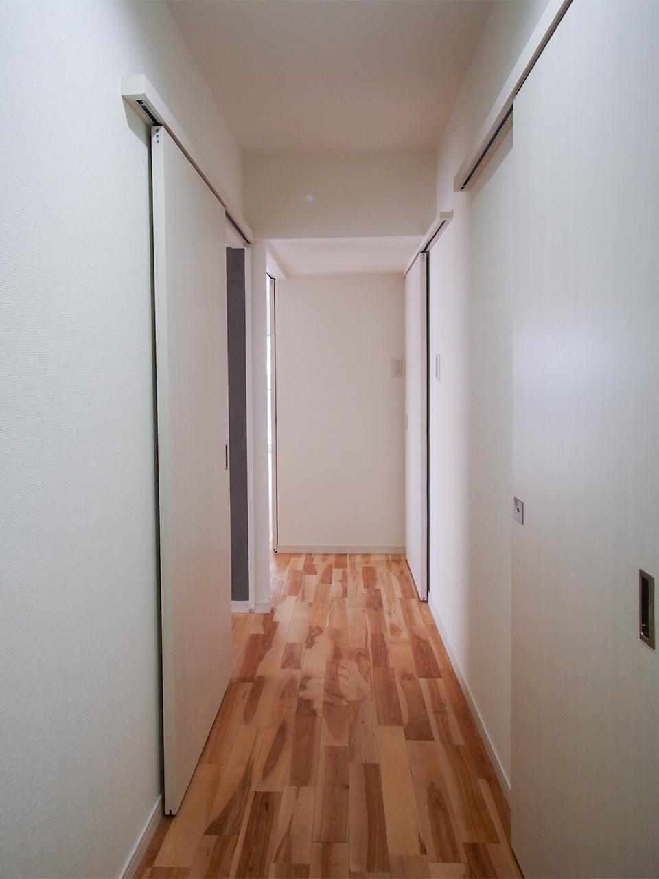 玄関入って無垢フローリングの床を進みます