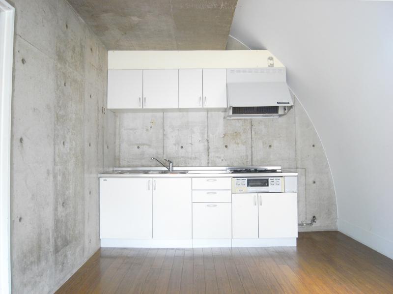 キッチンサイドもコンクリむき出しの壁