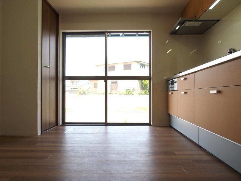 キッチンにも大きな窓