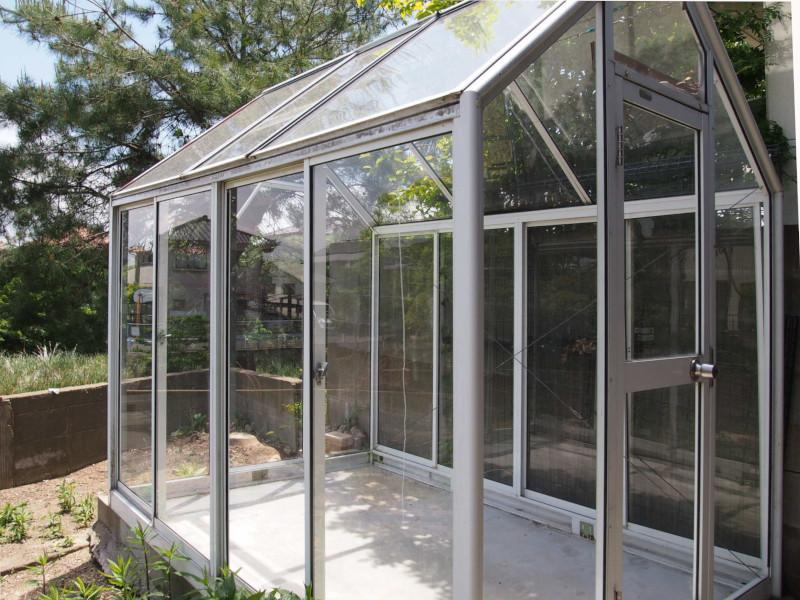 ガラス張りの倉庫というか植物用の温室ですかね…