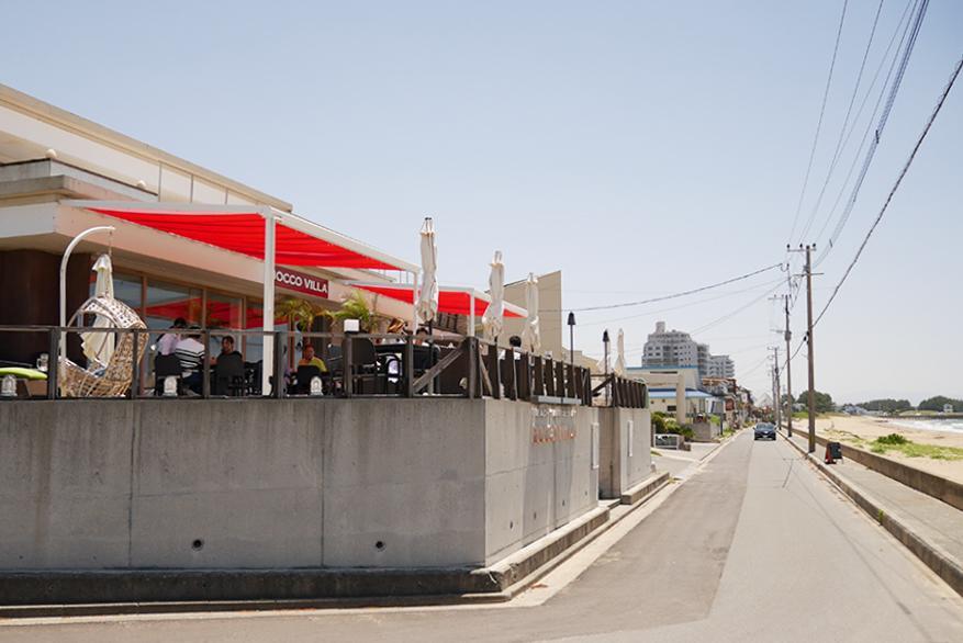 前面道路、ビーチとの距離が近く、カフェが密集。