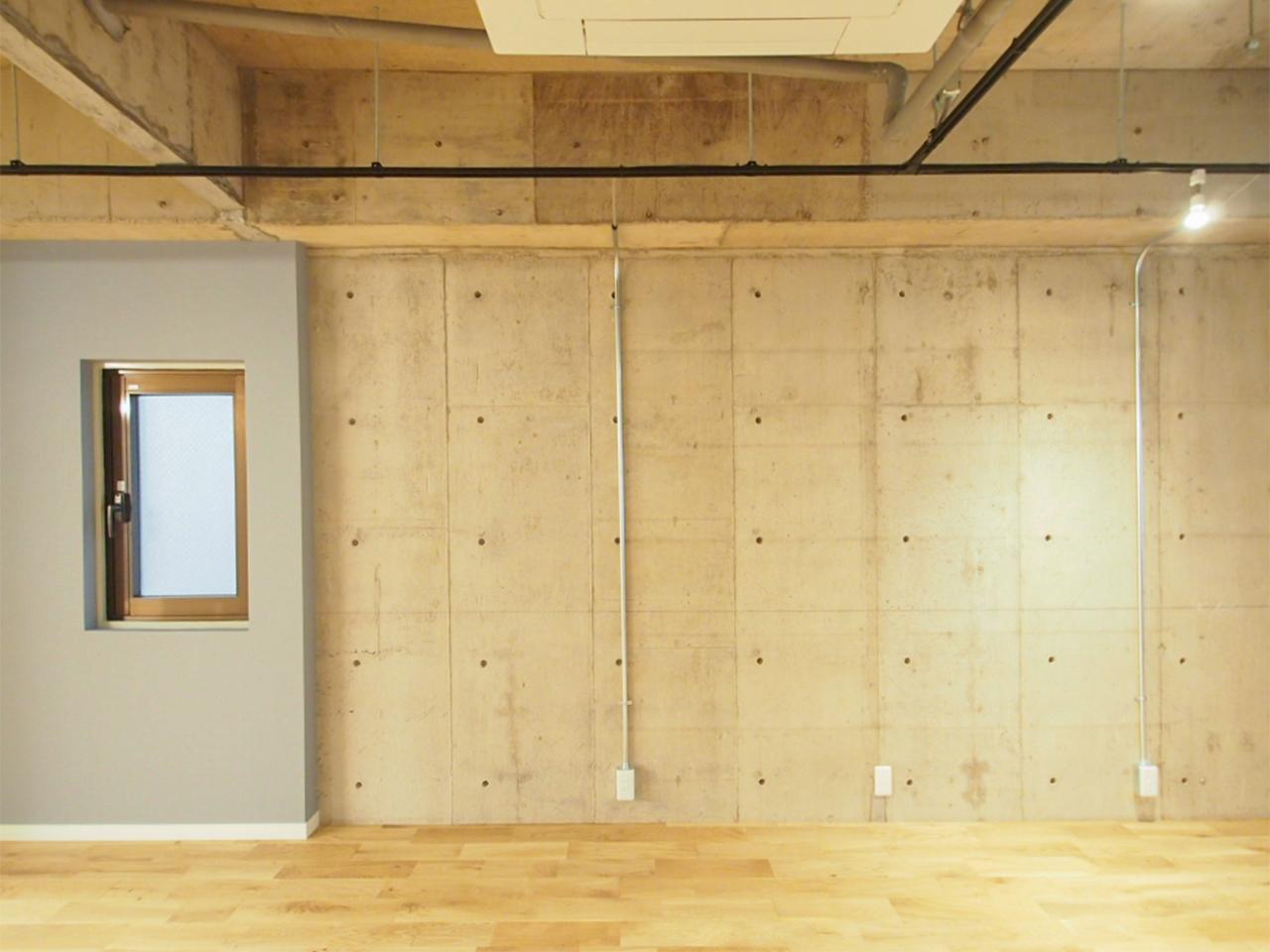 コンクリート剥き出しの壁がワイルド