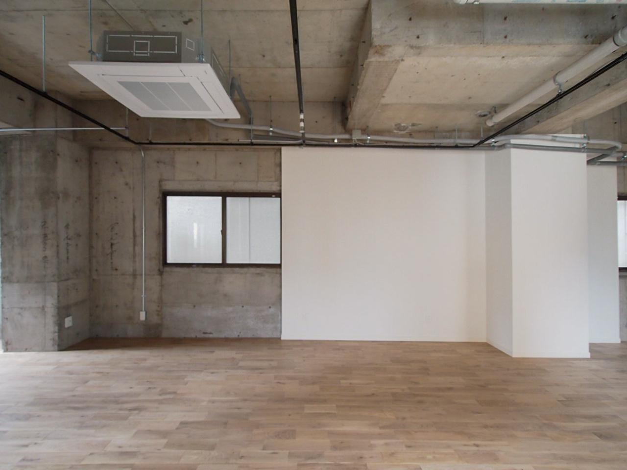 オークの床とコンクリートのコンビネーション