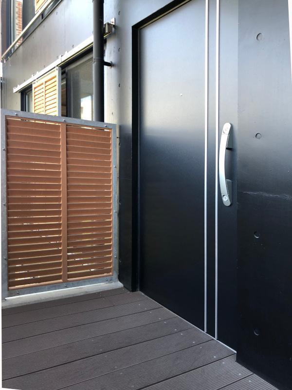 さっきの木製の玄関をくぐるとメインの玄関が