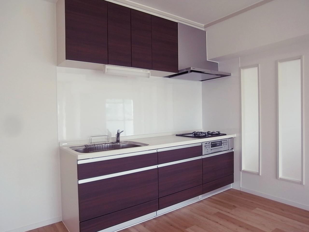 大型のキッチンは壁付け。広く使えます。