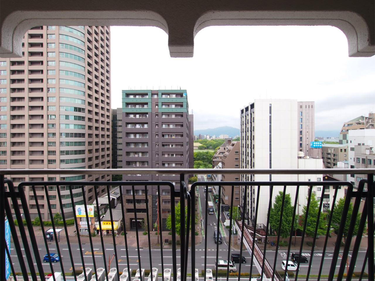 このちらりと見える舞鶴グリーンに癒されます。レトロな柵とアールを描く開口部もかわいかったり。