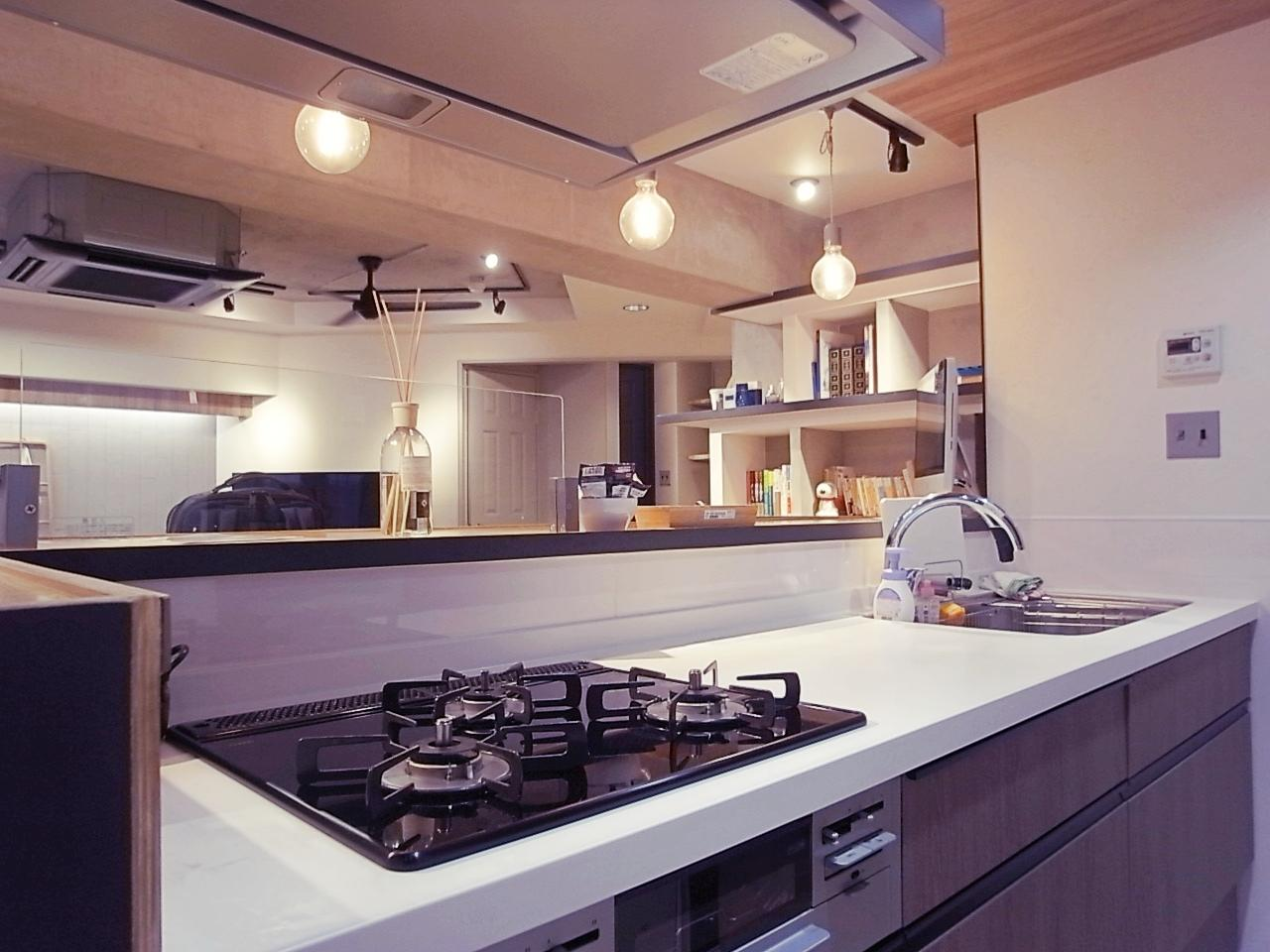 リビングが見渡せるキッチン。都市ガスです。