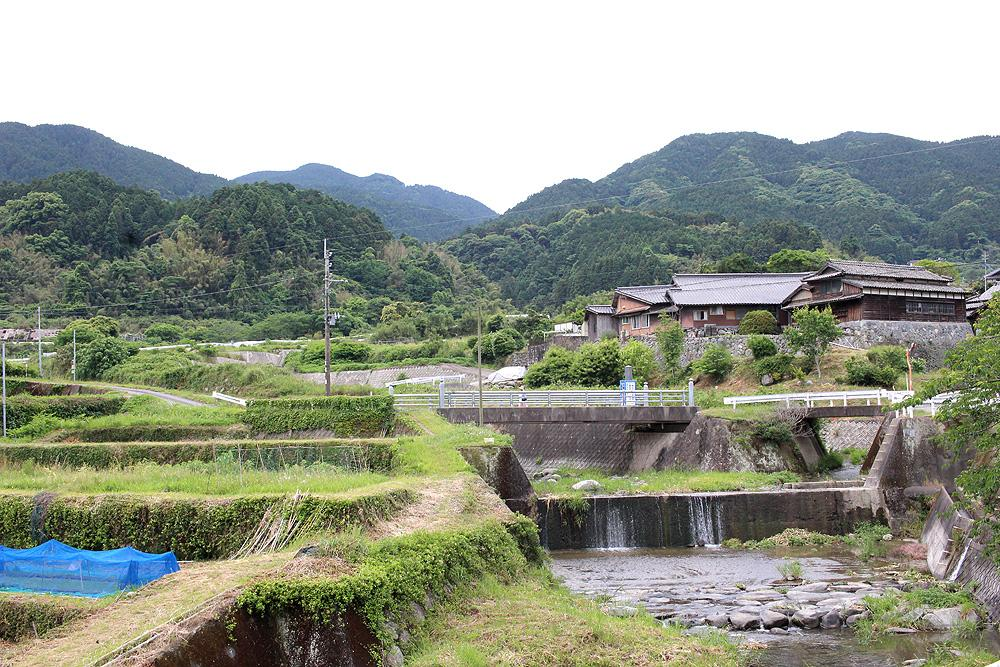 川が流れる静かな集落