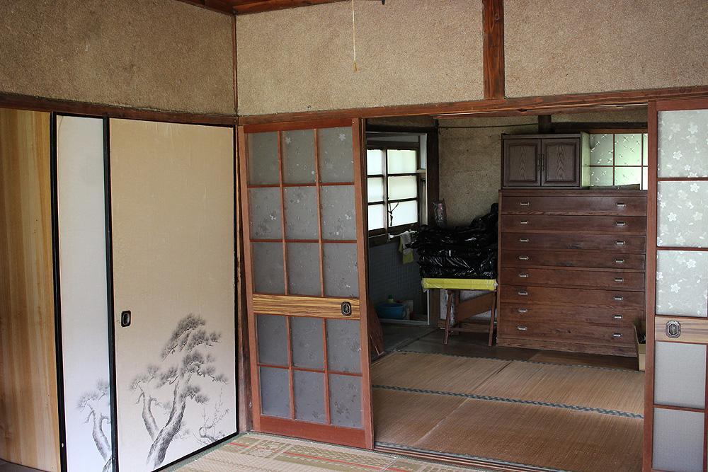 室内は歪んでいるので建て替えがベターだと思われます