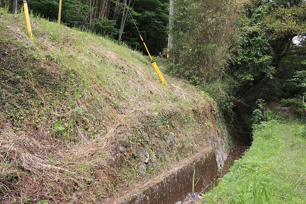 土地は斜面と溝で区切られております