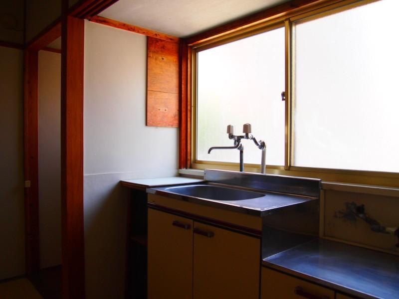 台所にも広めの窓。コンロは持ち込みください。