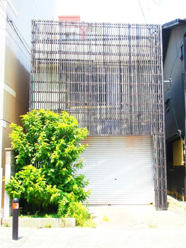 1階が駐車場で2階が倉庫。右側の母屋とセットでのご契約となります。※賃料別途かかります。備考欄を参照くださいませ。