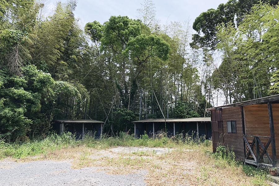 建物裏の納屋と、その敷地。賃料次第(7万円/月)でこちらも契約可能。