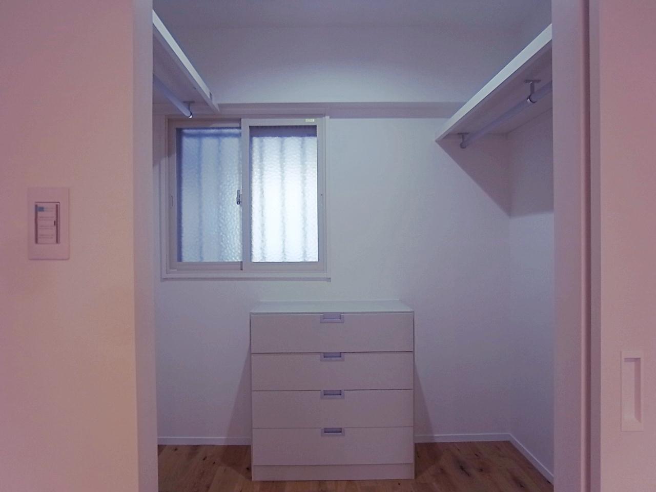 寝室奥の扉を開ければ大容量のウォークインクローゼット。