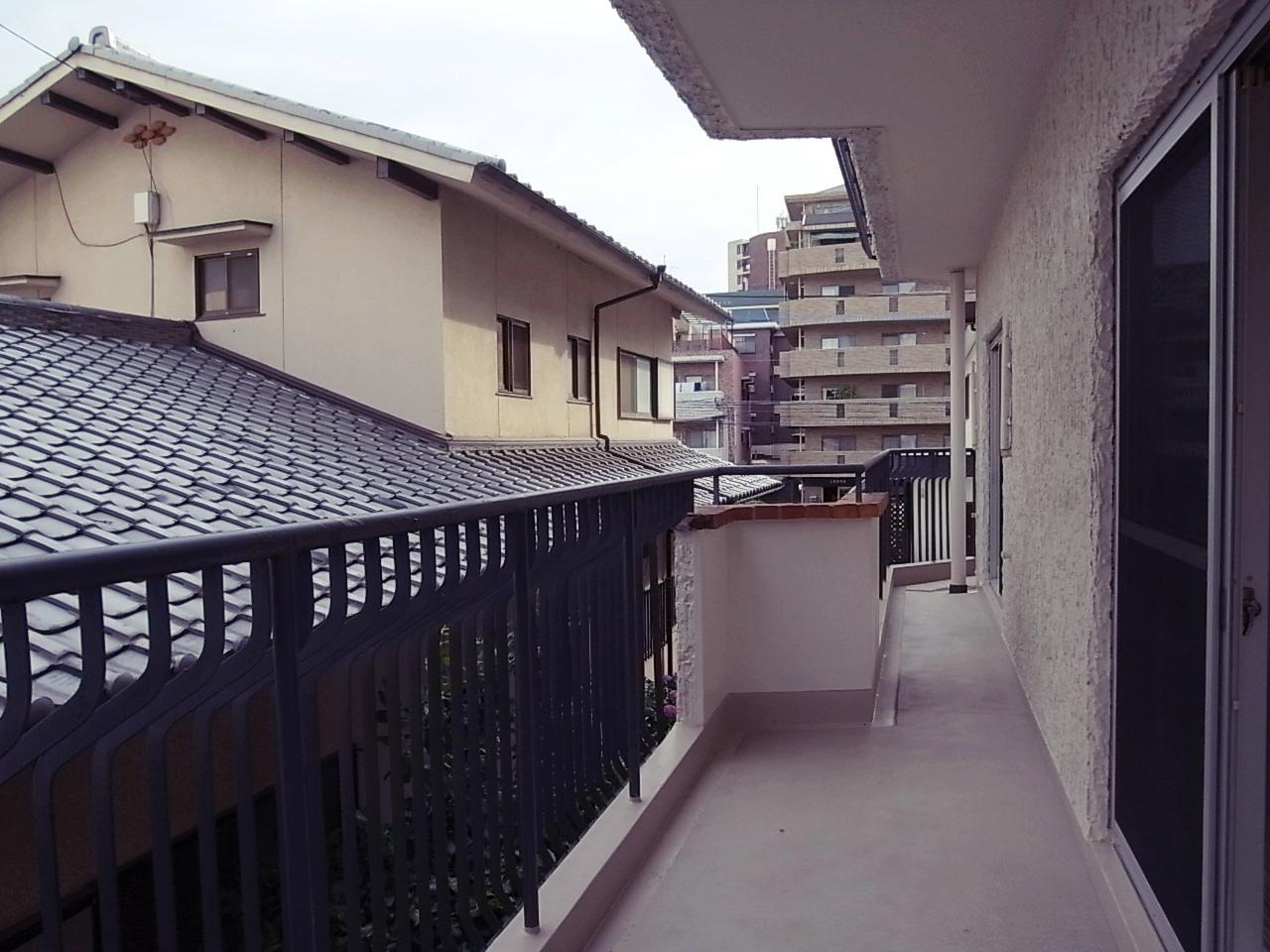メインバルコニーの視界は隣戸屋根。ただ、日当たりは問題ないです。