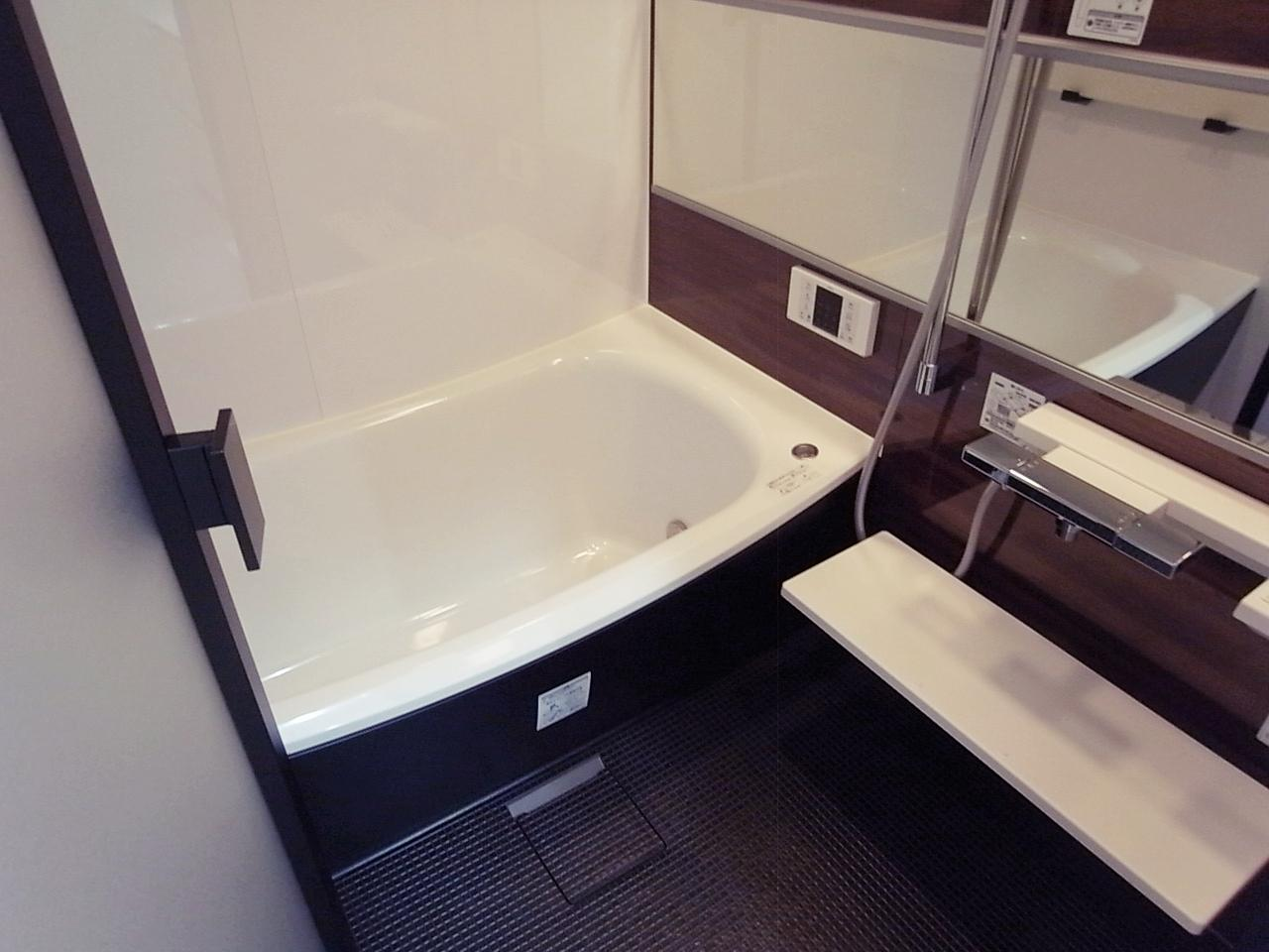 床が吸い付くような柔らかさの浴室に人類の進化を感じる。
