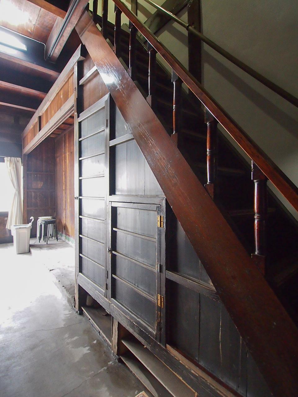 階段下の造付戸棚