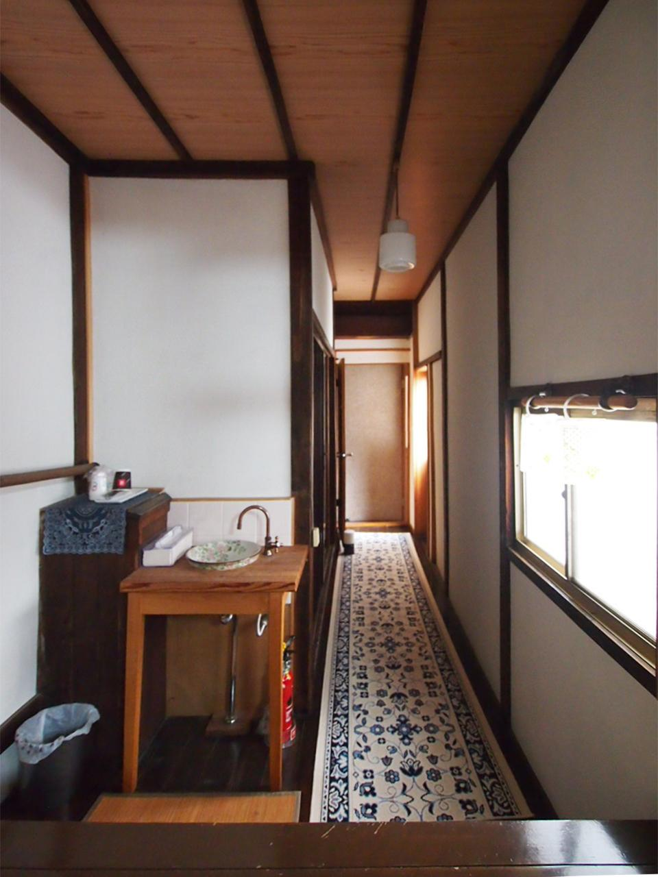 2階奥へと続く廊下