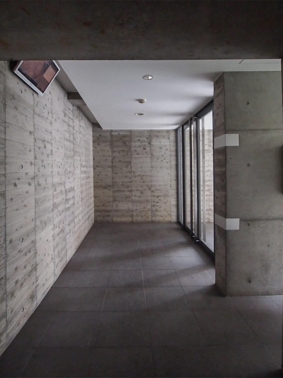 杉板本実型枠コンクリート工法のエントランス