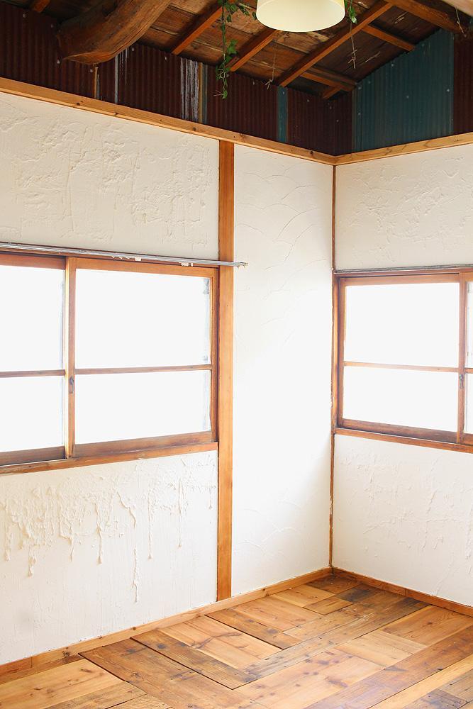 Room02は錆びた波板があしらわれたお部屋。