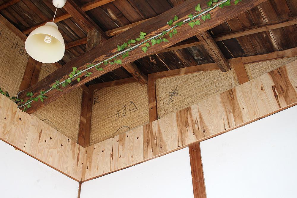 Room03は見上げると畳を発見できます。