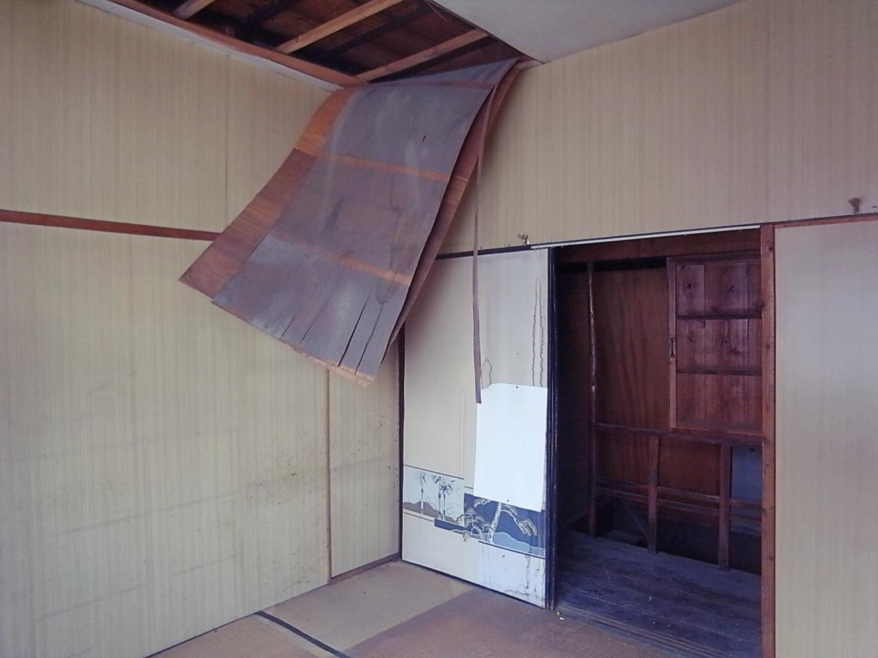 同じく2F。くたびれすぎた天井よ。