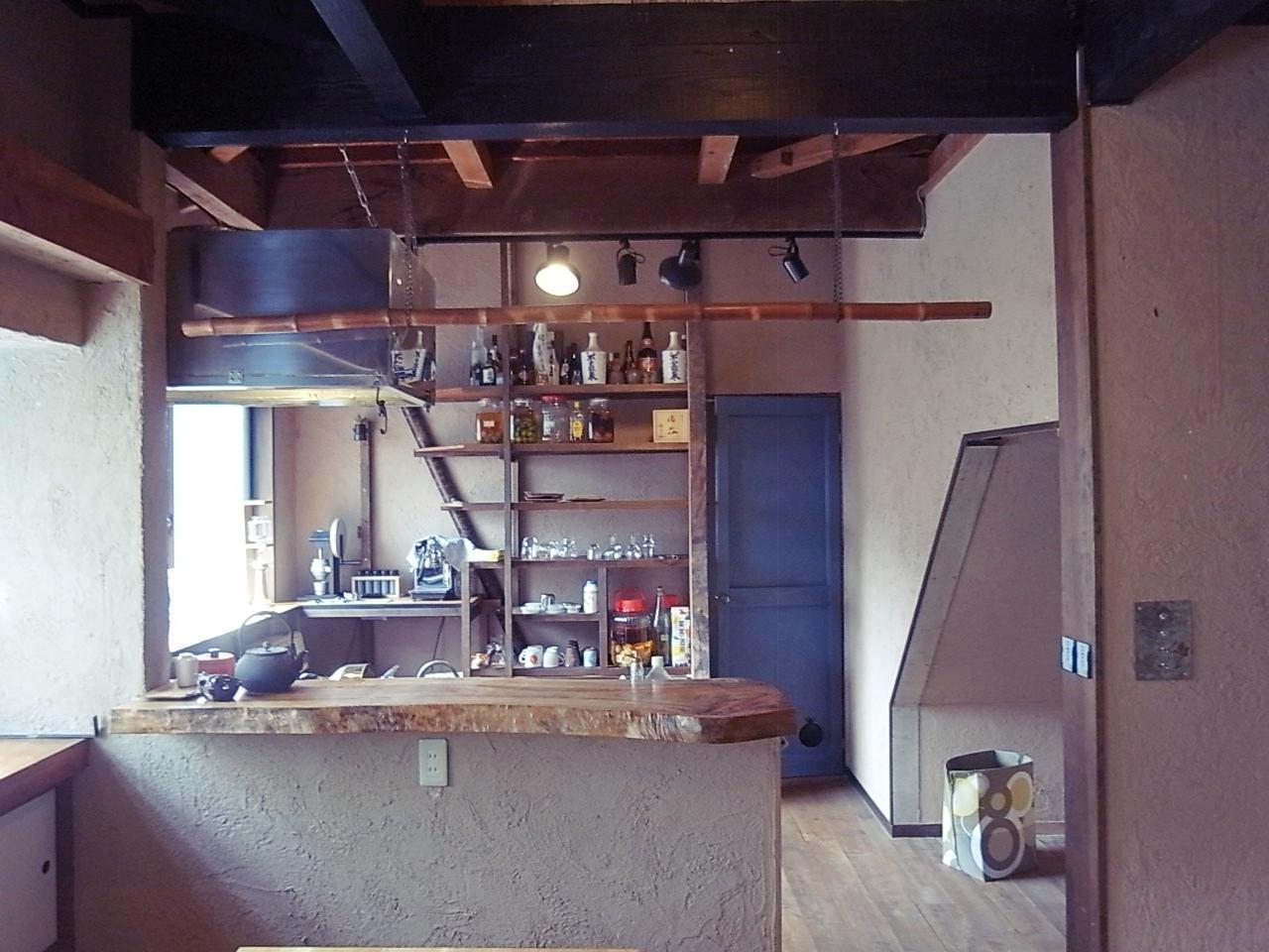 キッチンスペースは階段下も有効活用できる。