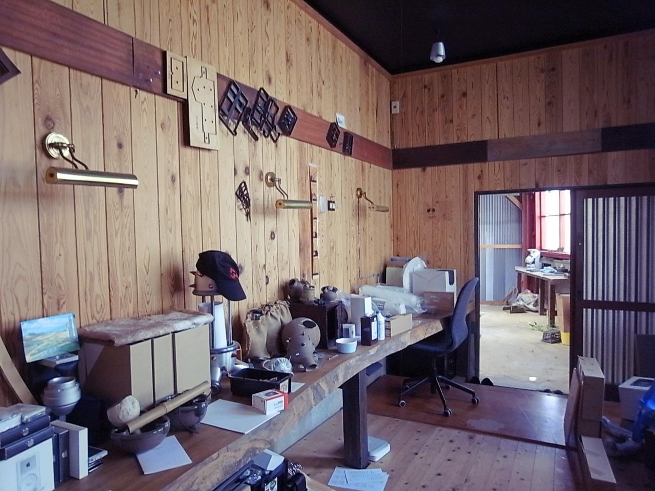アトリエ(書斎)は奥の作業場とも繋がってます。