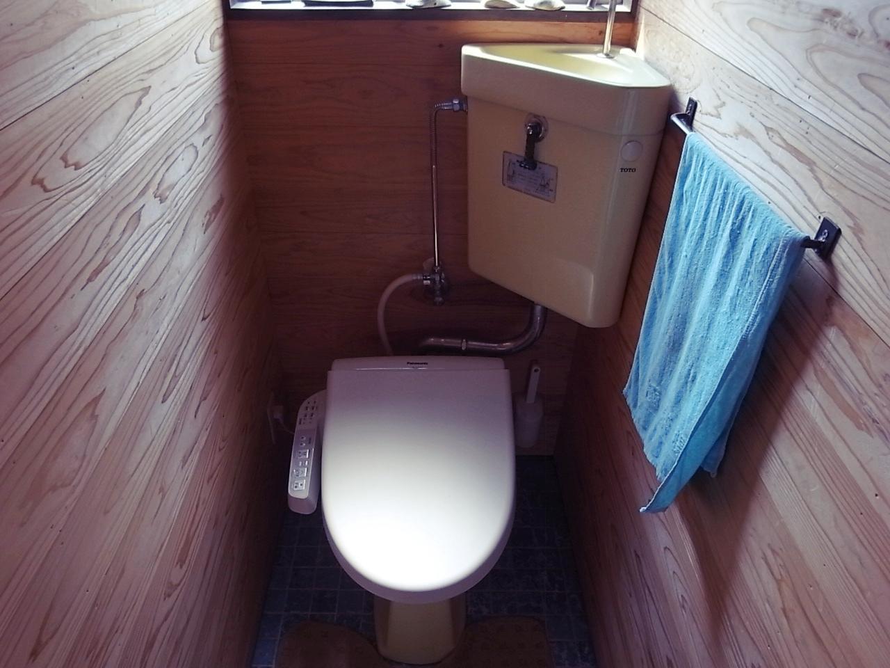 トイレは既存のまま温水便座がリニュー。