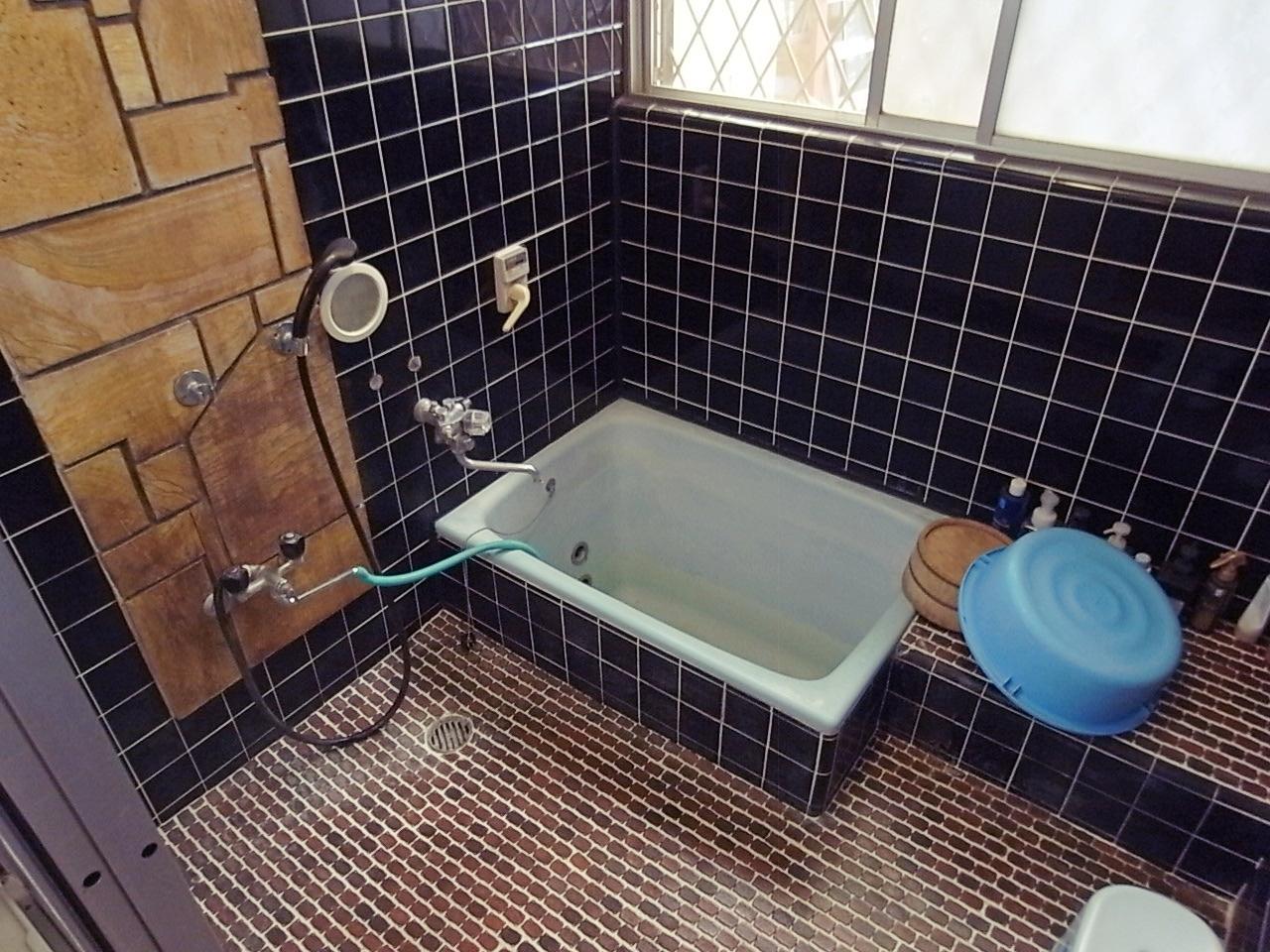 湯船が小さのはご愛嬌。浴室自体は広いです。