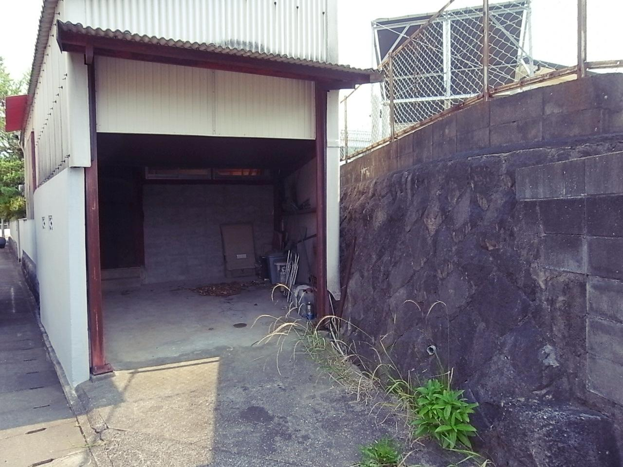 車庫は間口がやや狭い。小型車だったら2台縦列いけるかも。