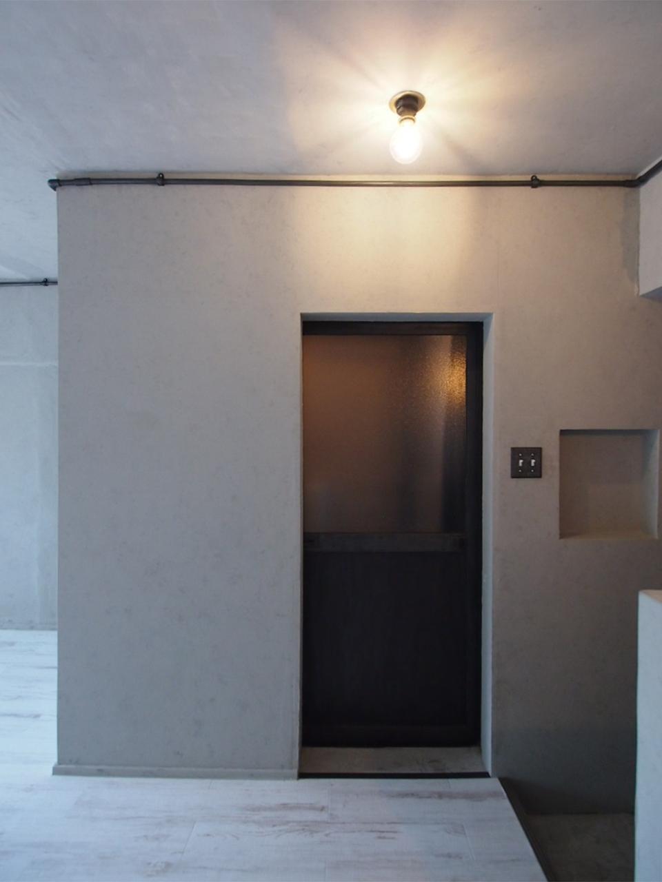 扉の奥はトイレとシャワーブース