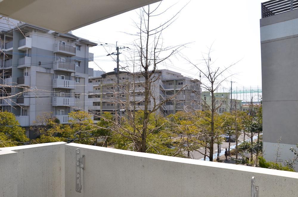 窓先は長閑な住宅街の風景