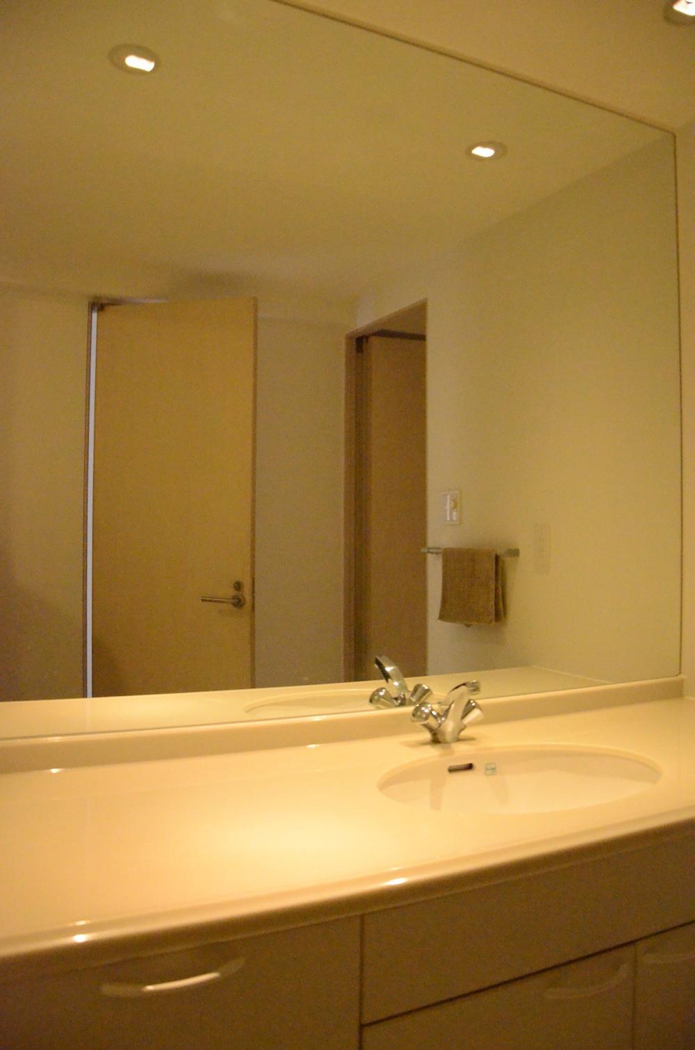 大きな鏡の洗面台